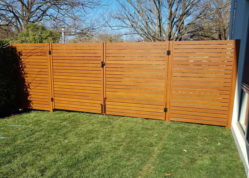 Timber-look aluminium gates